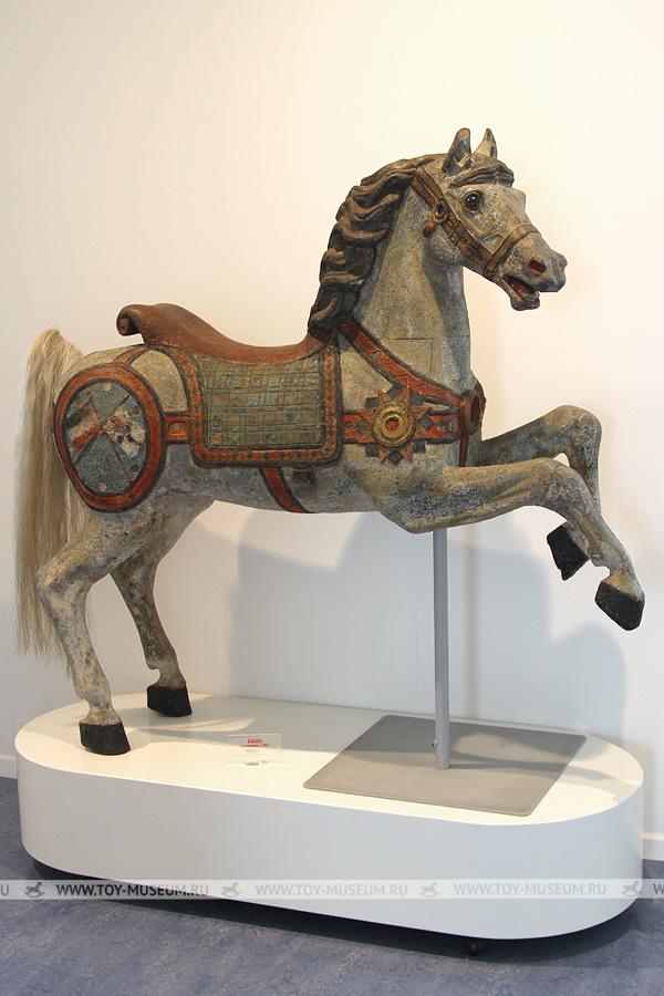 Карусельная старинная лошадка