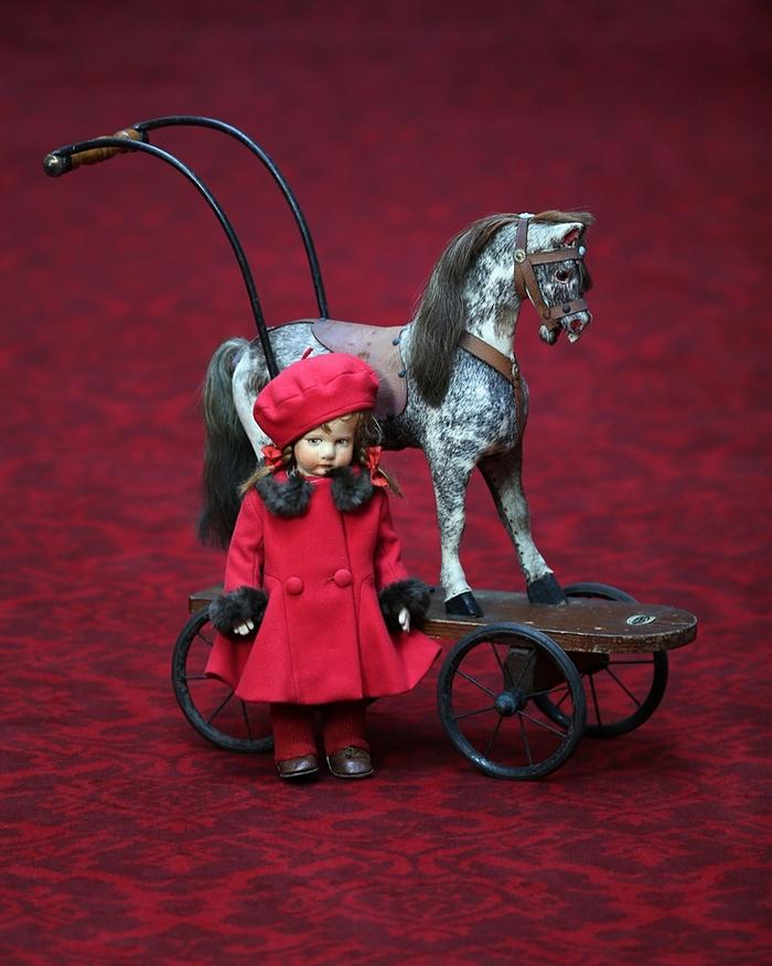 Игрушки, принадлежавшие Елизавете и Маргарет A toy horse on wheels that Princess Elizabeth and Princ